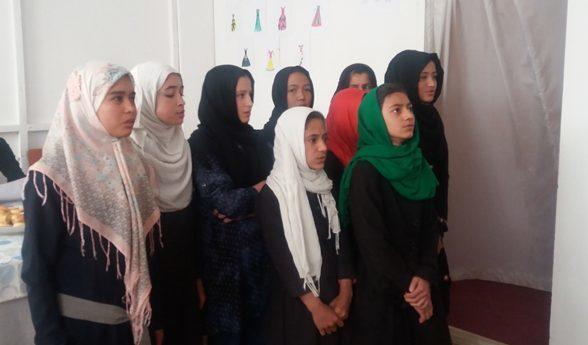 Junge Mädchen in der neuen Schule in Dogh Abad