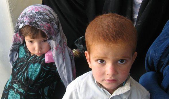 Zwei Kinder im Wartebereich der Klinik Dogh Abad