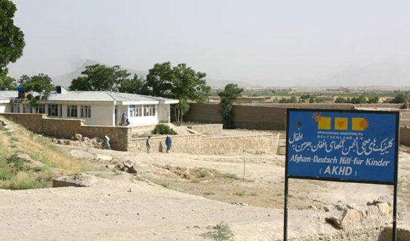Klinikgebäude, Schild mit Schrift und Logo der Afghanischen Kinderhilfe Deutschland e.V., Tagesklinik Deh Sabz