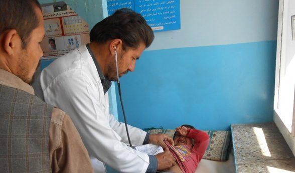 Abhorchen eines kleinen Patienten in einer der von der AKHD unterstützten Kliniken
