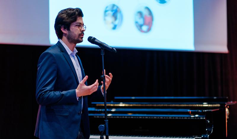 Farid Ziayee am Mikrofon