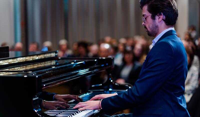 Farid Ziayee am Klavier; Foto: Heike Katthagen