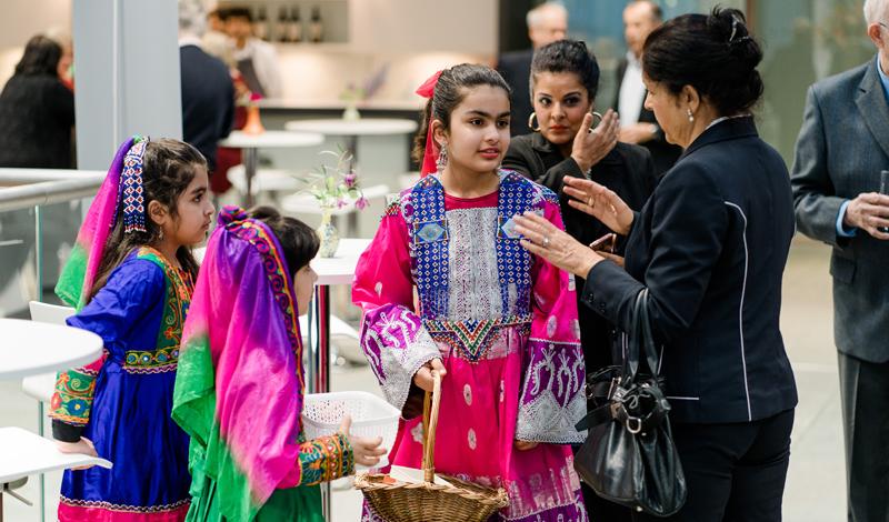 Kinder in traditioneller afghanischer Tracht, Besucher des Benefizkonzertes